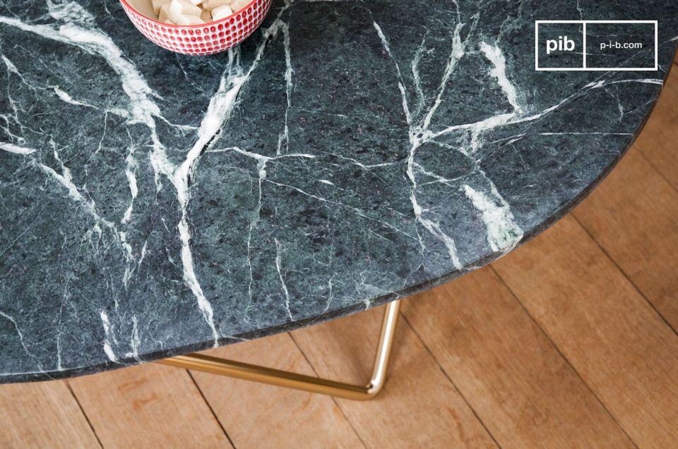 Son plateau de marbre vert et nervuré repose sur un élégant piètement géométrique doré