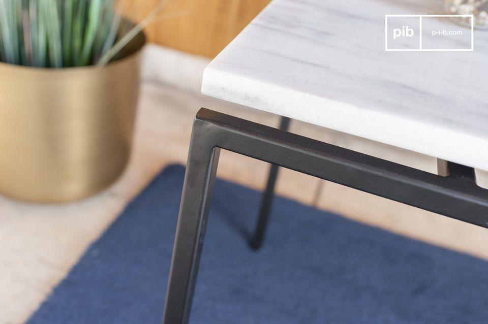 Cette superbe table basse en marbre blanc veiné de noir vous charmera par la légèreté de sa