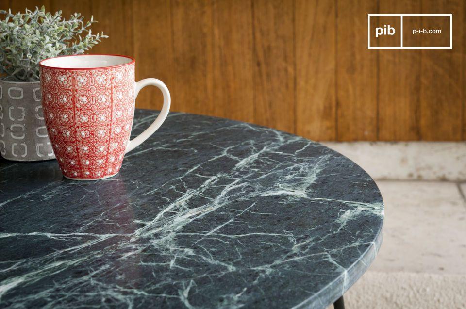 Une table basse au luxe intemporel entre marbre vert et métal mat