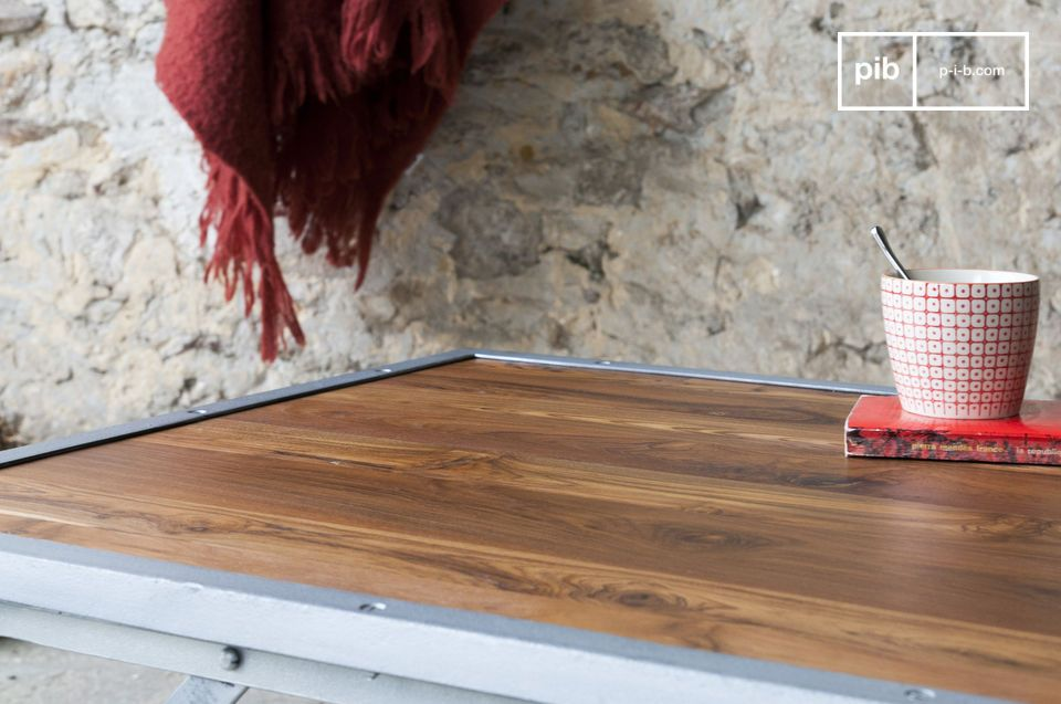 La table basse en teck Bollène affiche un design aux accents industriels vintage