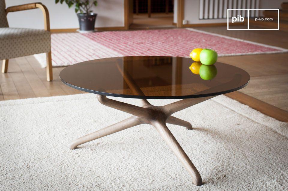 La rondeur d'une table basse en verre fumé et bois sculpté