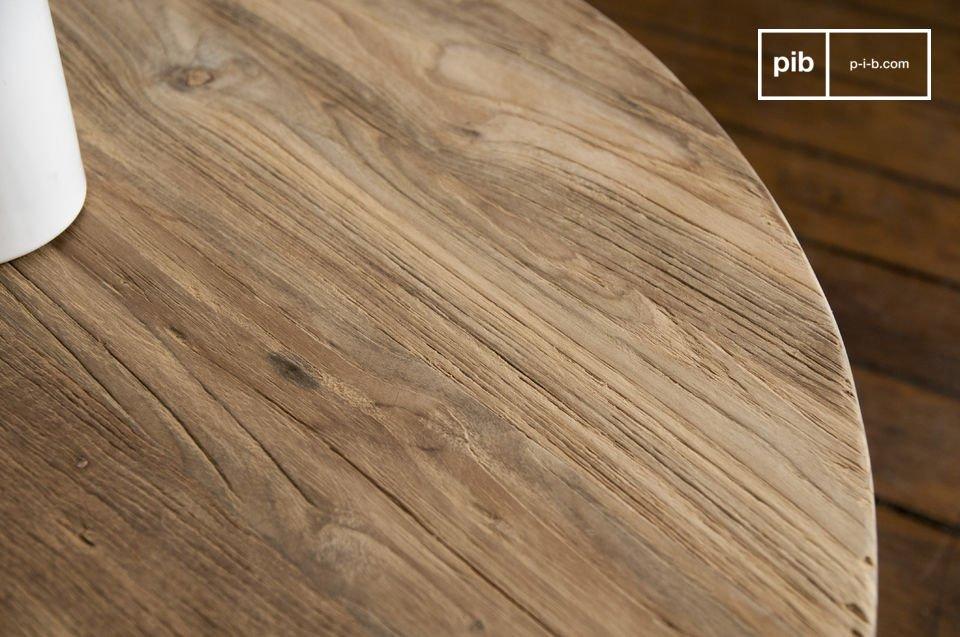 Effectivement, cette table basse est entièrement conçue en bois de teck ancien clair légèrement texturé, un bois noble qui affiche un cachet certain
