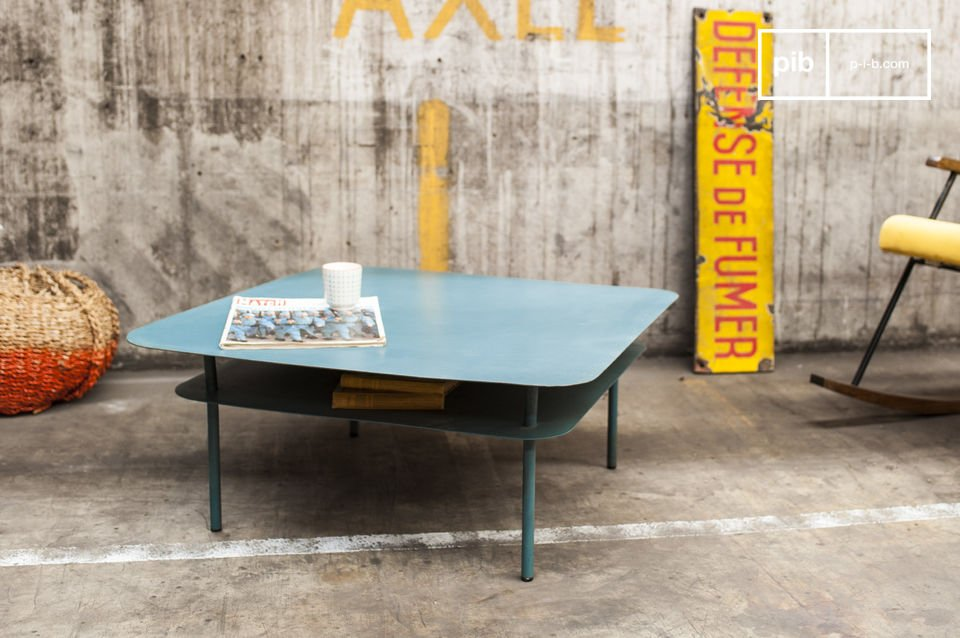 La table basse métal Holly est un meuble de salon au design vintage associant une conception métallique, une ligne issues des années 50 et un coloris totalement actuel