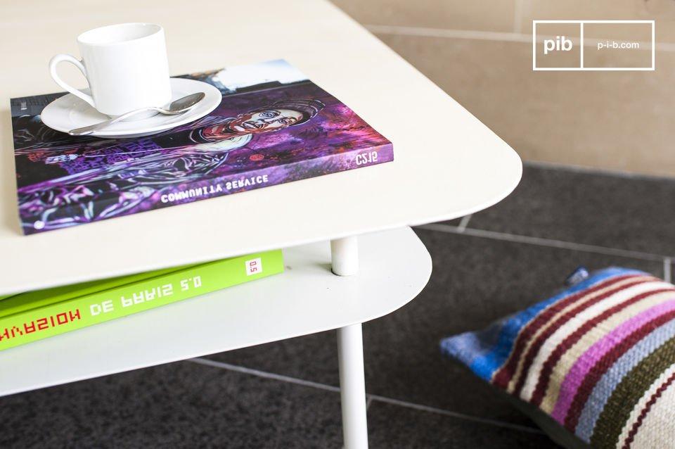 Entièrement conçue en métal, cette table basse affiche une belle couleur blanche immaculée, conférant ainsi une impression de légèreté