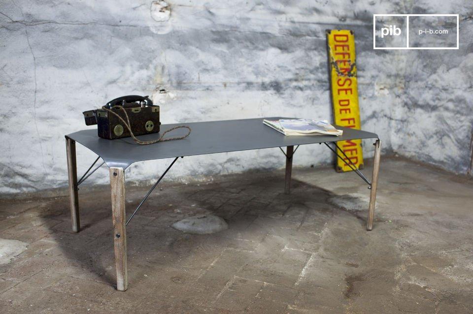 Table basse au design industriel, bois et métal