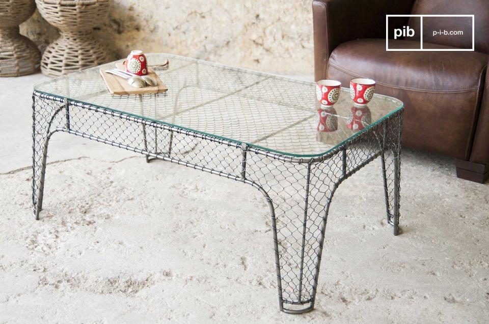 C\'est l\'utilisation de ce grillage qui fait la particularité de cette table ainsi que de tous les meubles de la série Ontario