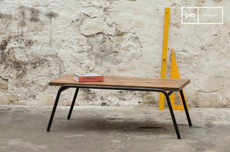 Table basse en bois massif et en acier dans un esprit industriel