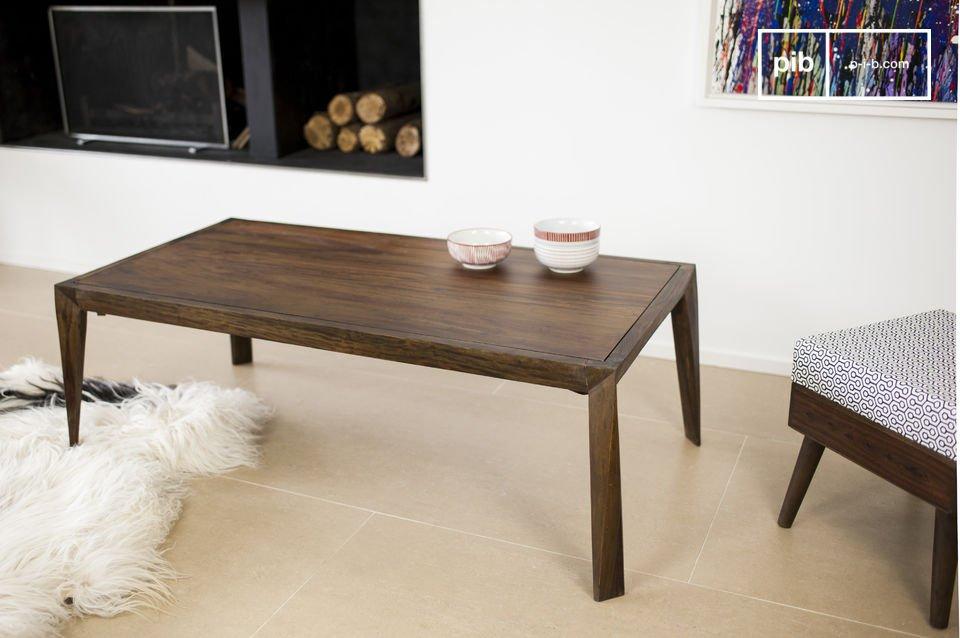 Son plateau est comme incrusté dans le cadre de la table dont font également partie les quatre pieds épais
