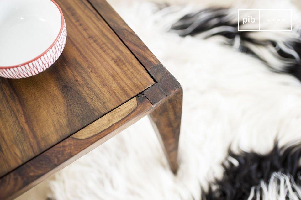 Entièrement conçue en bois de rose massif, la table basse Kitell est protégée par un verni sombre mat, rappelant la couleur du bois de noyer