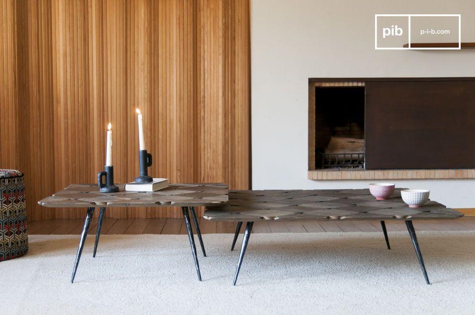 Une élégante table basse au plateau en damier de bois blond