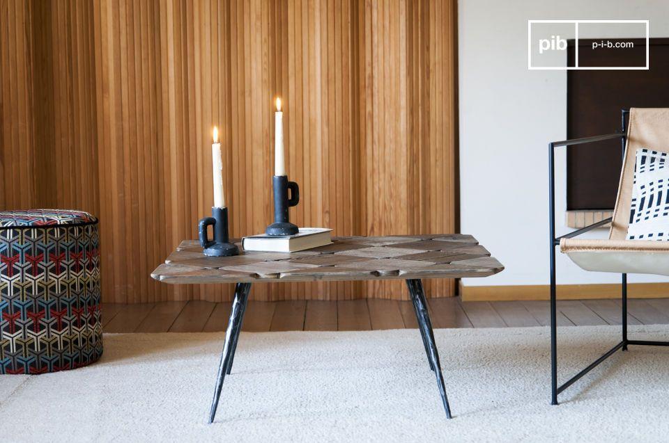 Cette insolite table basse aux étroits pieds biseautés apportera style et légèreté à un