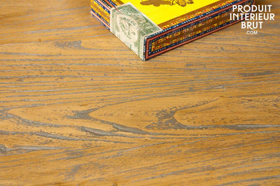 Une grande table basse avec  plateau en orme massif verni