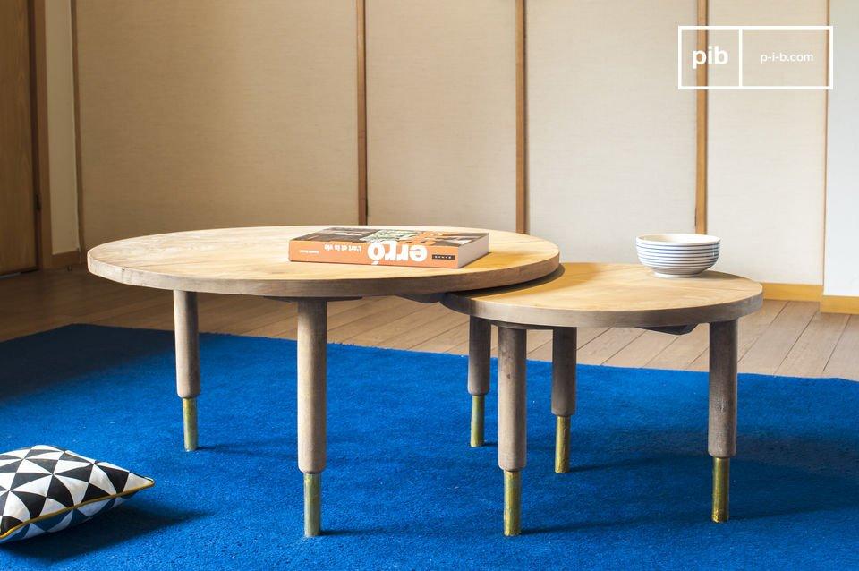 Tables gigognes alliant bois clair et touches dorées