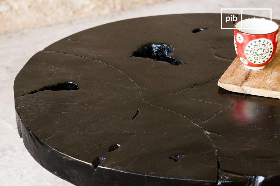 Le plateau rond de la table basse Mina est entièrement conçu en bois de teck massif, recouvert d\'une belle peinture brune, rappelant la couleur du chocolat noir