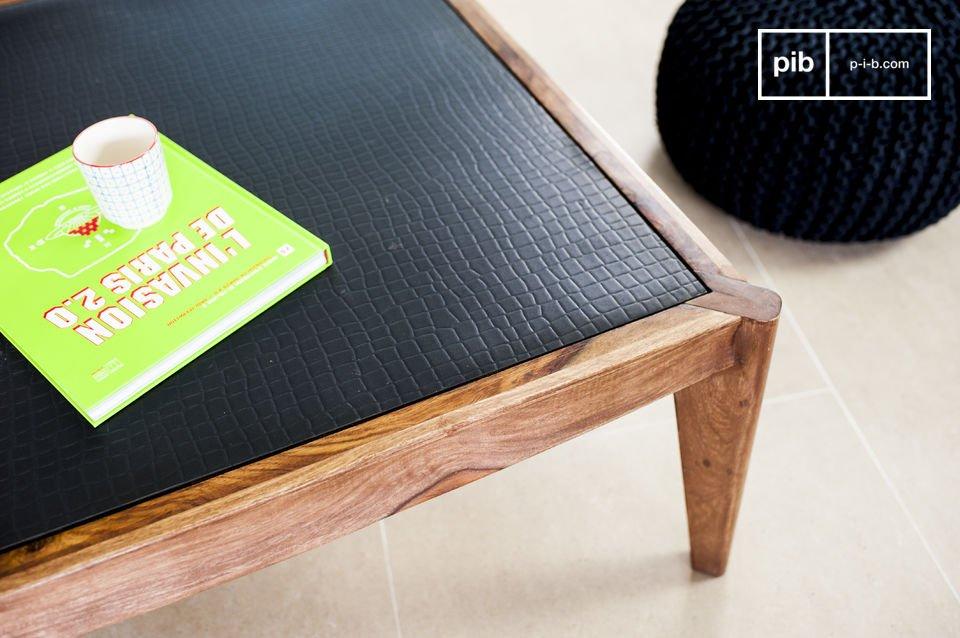 L'élégance d'une table basse associant bois massif et matériau innovant