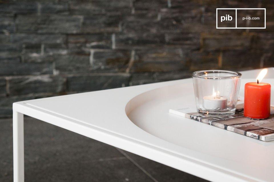 La table basse avec rangement Nölbis est un meuble métal à la structure délicate et lumineuse