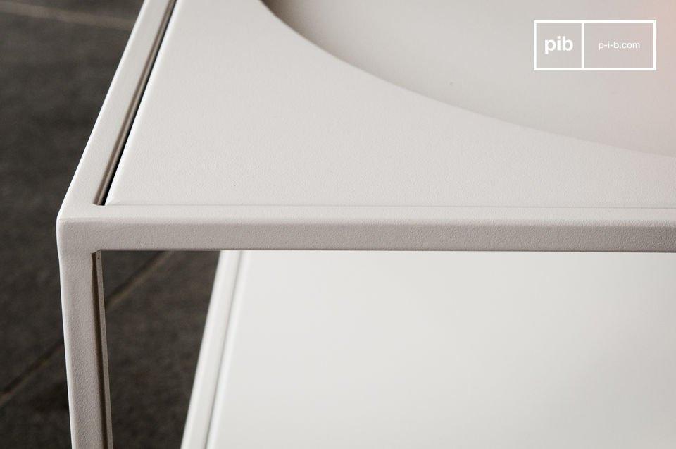 De forme parfaitement carrée, le plateau supérieur affiche un cercle creusé dans le métal, renforçant l\'aspect géométrique de la table