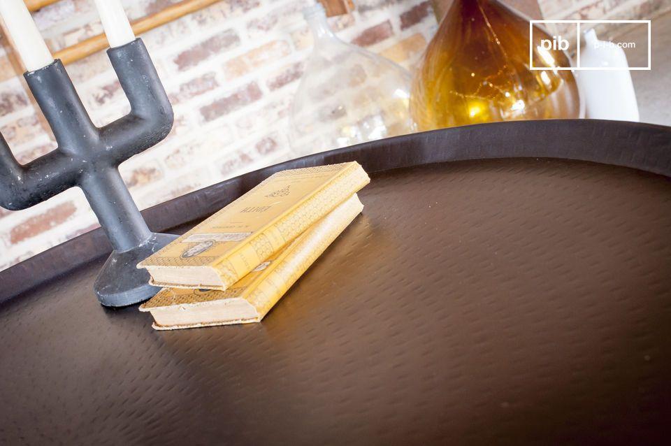 Lignes sobres, conception métallique et finition martelée à la main