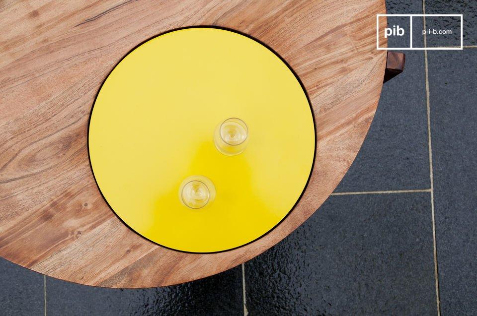 Une table de salon originale par son disque jaune intégré dans le plateau de bois