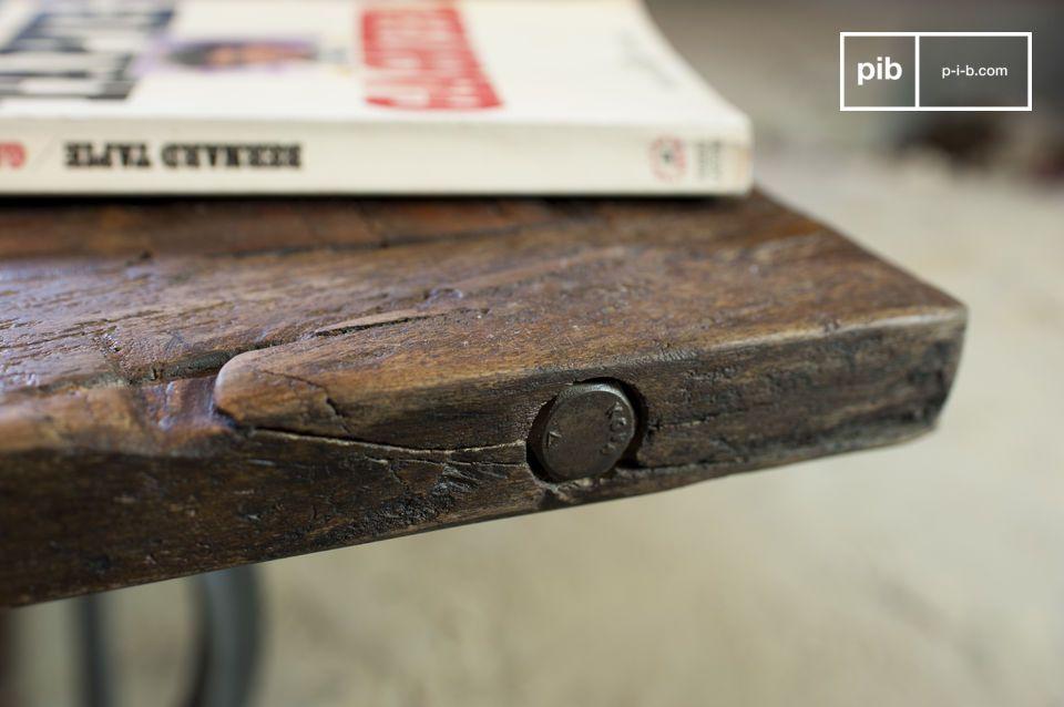 Ici, le plateau de la table est en teck ancien verni doté d\'une très belle texture, unique d\'une table à l\'autre