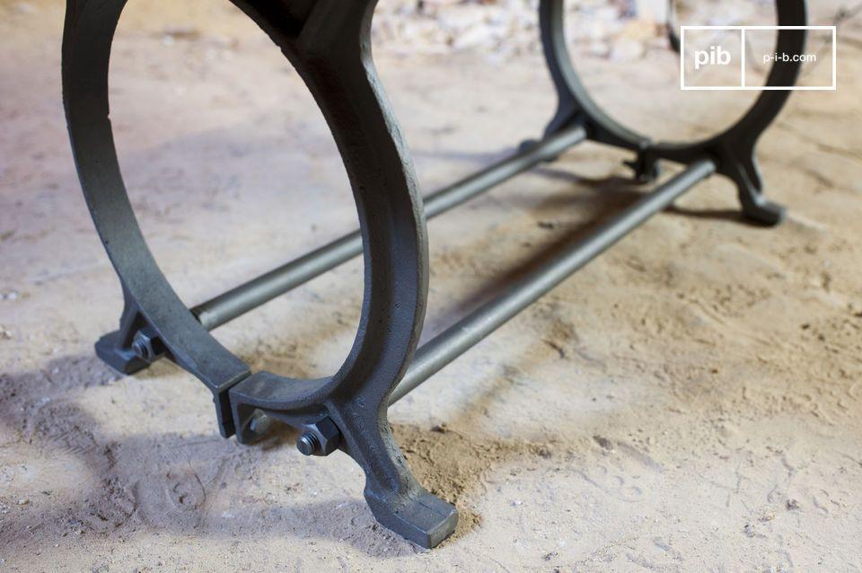 Des pièces d\'acier sombre dont l\'usage industriel habituel a été intelligemment détourné forment le piètement de la table basse Tonnel