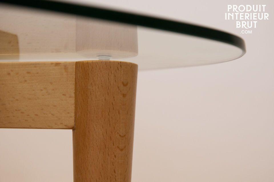 Posé sur trois pieds légèrement coniques liés par un motif triangulaire en bois