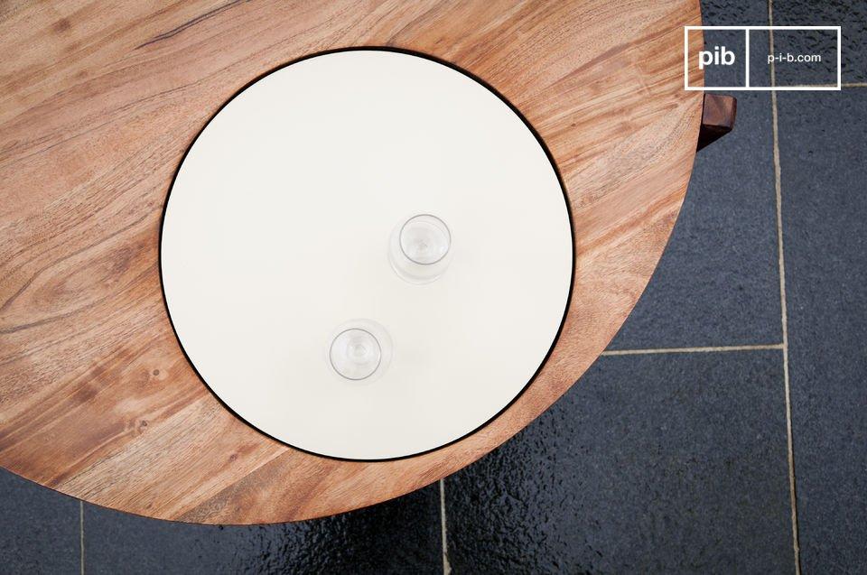 La table basse Stockholm tripode associe une ligne sobre et une touche design constituée par son