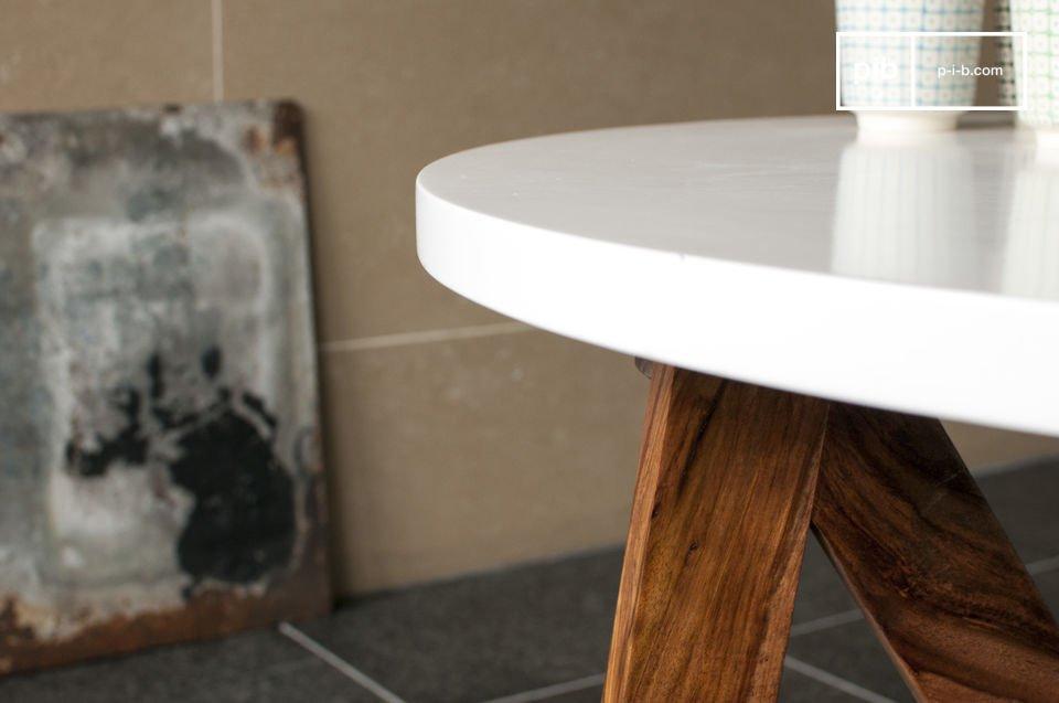 Par le contraste bois sombre - bois blanc, la table W possède une élégance irrésistible, sans pour autant lésiner sur la solidité du produit