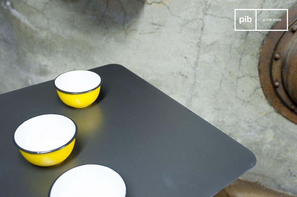 Table style industriel en bois et en métal tout en sobriété