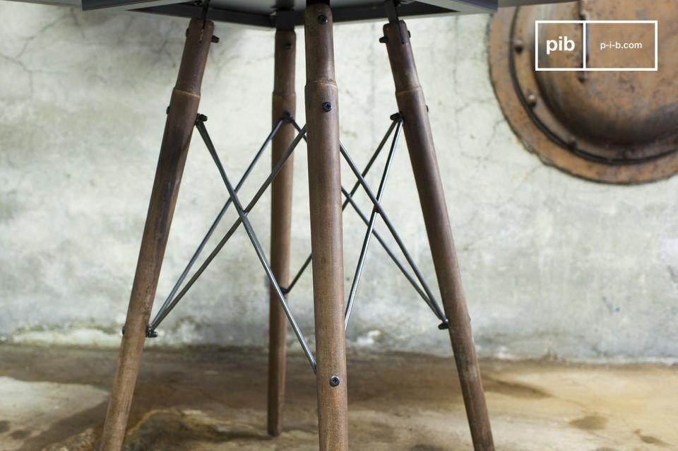 La table Bender allie l\'élégance d\'une ligne tout en finesse et un design industriel unique