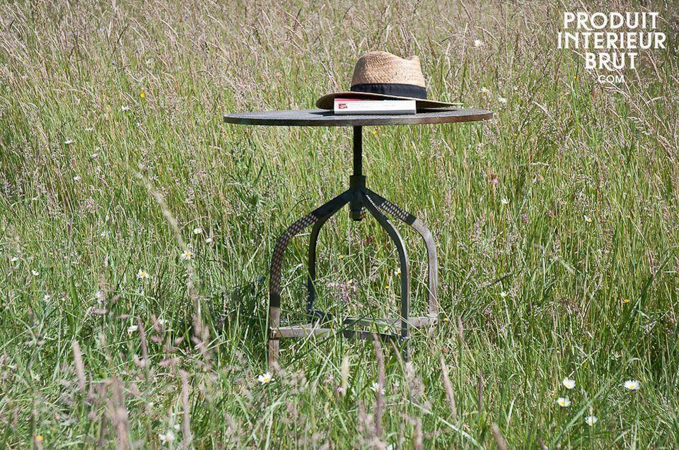 Un meuble pratique, avec son plateau circulaire ajustable de 54 à 74 cm de haut