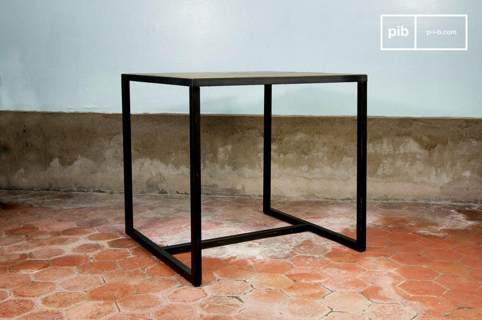 Un meuble très sobre, en bois d'orme et structure métallique