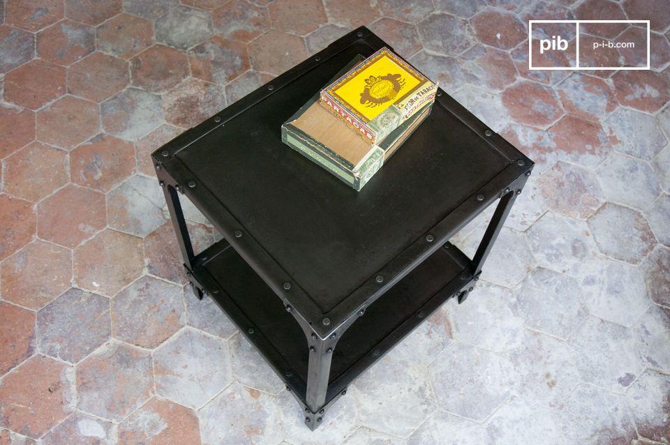 Table métallique cubique, finition noire patinée
