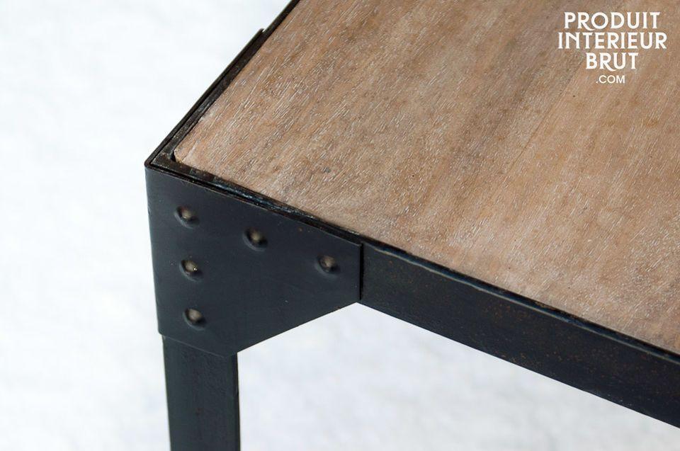 Une petite table en bois clair avec un piètement riveté en fer noir mat qui renforce l\'idée de