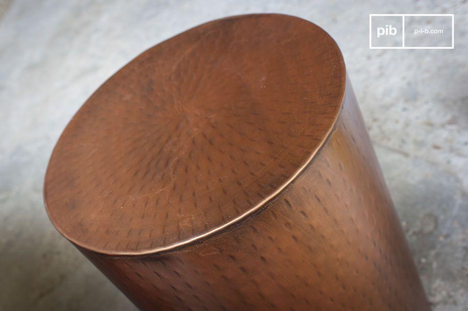 Un petite petite table métallique polyvalente avec une esthétique intemporelle
