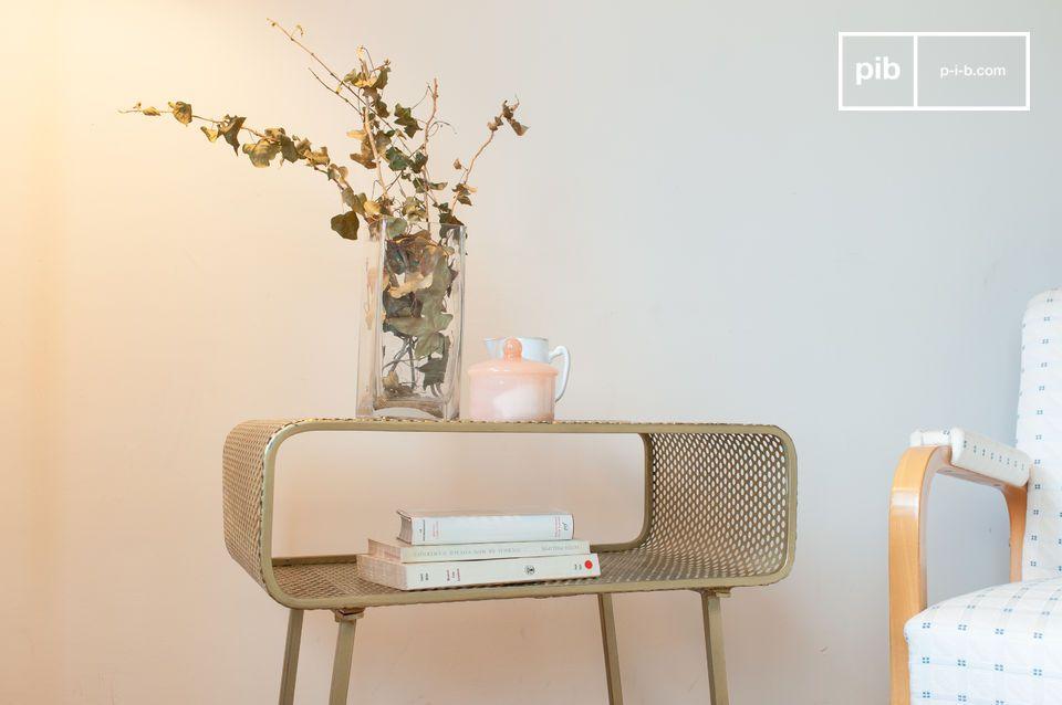 Une lumineuse table d'appoint en métal poinçonné doré d'inspiration années 70