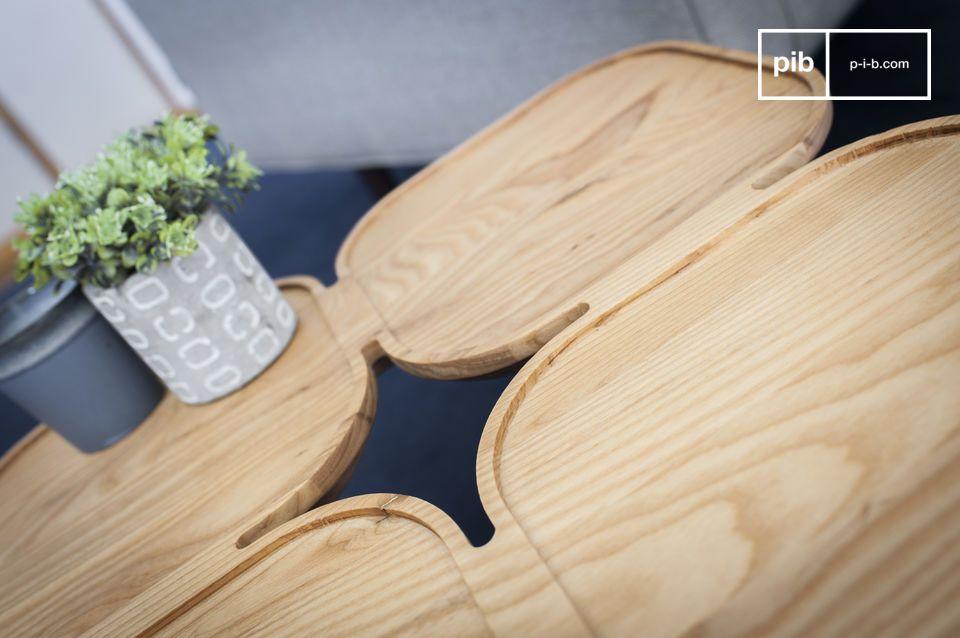 Une table d'appoint de frêne massif à quatre plateaux rétro