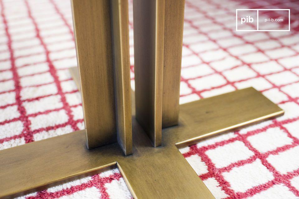 Avec un double montant vertical très en retrait par rapport aux bords de la table