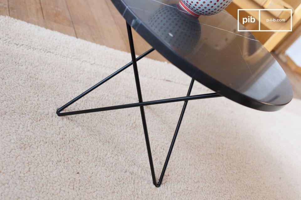 La table d\'appoint Aouthenn est dotée d\'un épais plateau en marbre noir