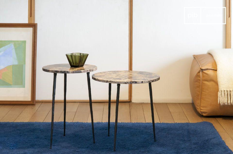 Une table d'appoint en marbre à l'apparence gracile et aérienne