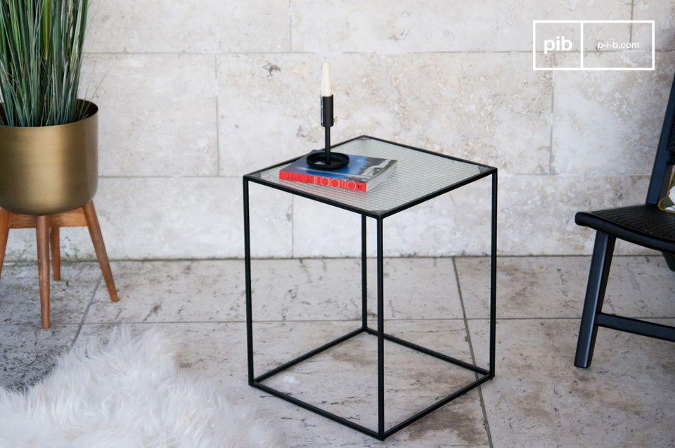 Une étonnante table d'appoint cubique de style industriel en verre granité
