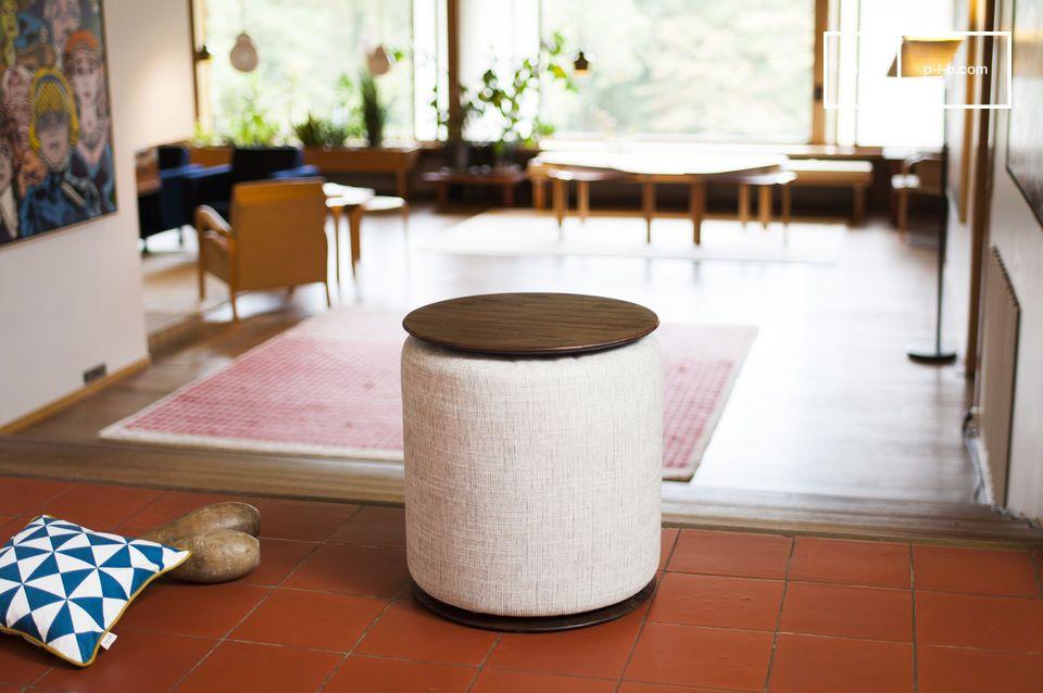 Un pouf confortable dissimulé dans une table
