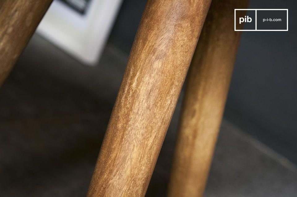 Voici une belle table d\'appoint dans le style caractéristique du mobilier scandinave qui apportera