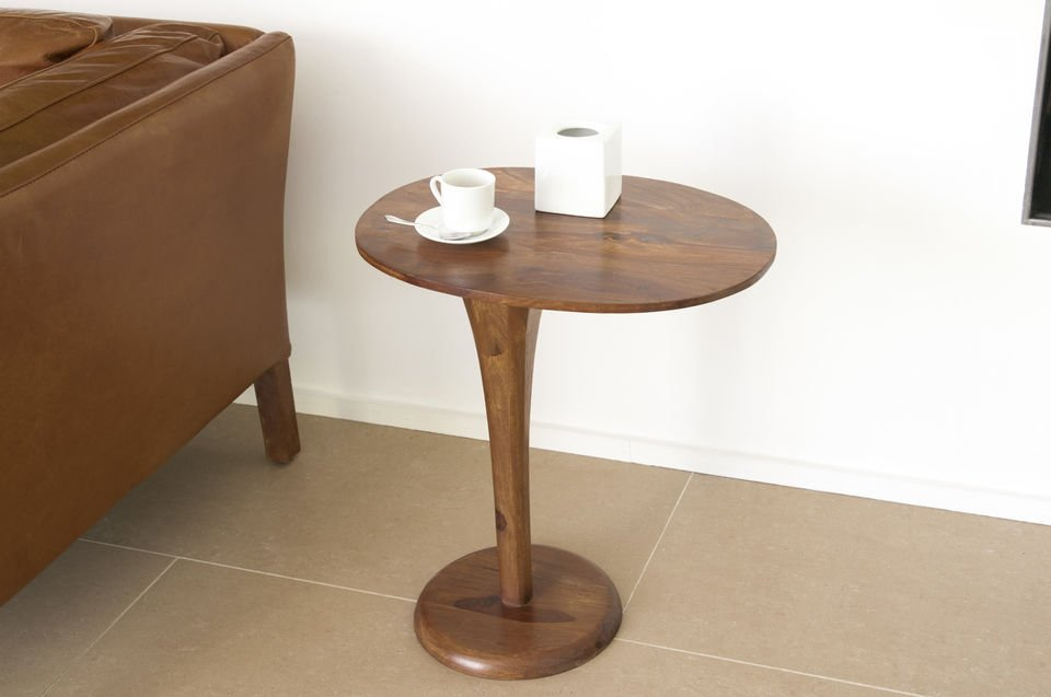 Bien stable sur sa base circulaire, cette table d\'appoint trouve sa place en bout de canapé dans des intérieurs décorés de façon contemporaine, ou tendance vintage