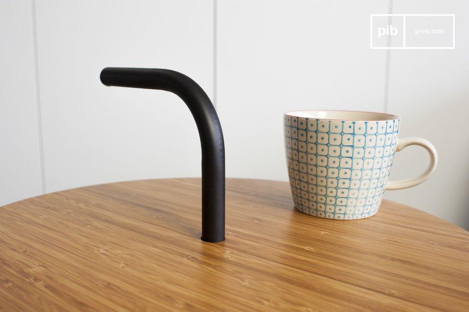 La table d\'appoint scandinave Pakhäba est un meuble tendance très original de part la ligne de sa