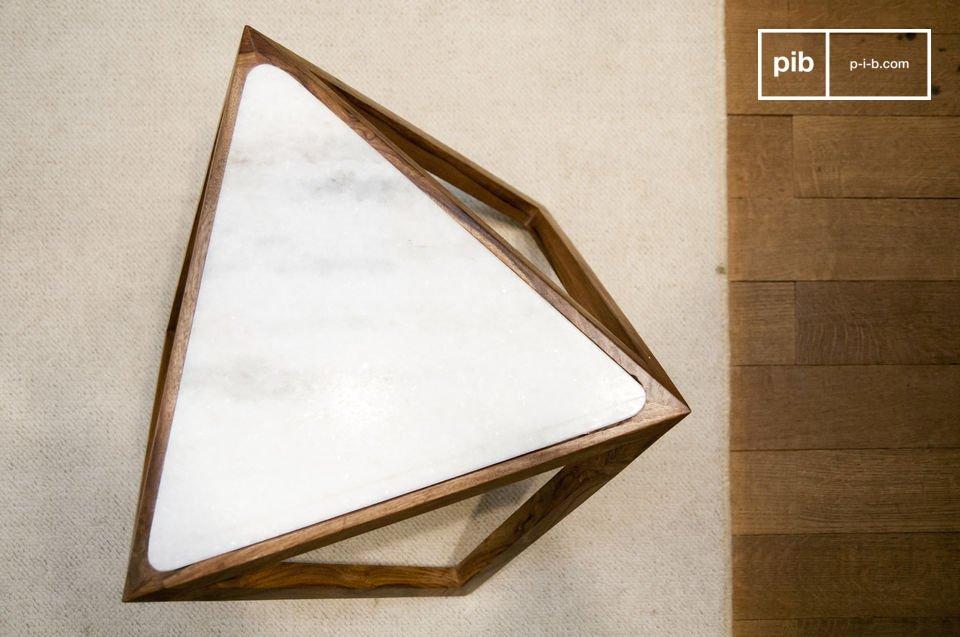 La table d\'appoint triangulaire Marmori vous séduira par son design scandinave rétro et par sa