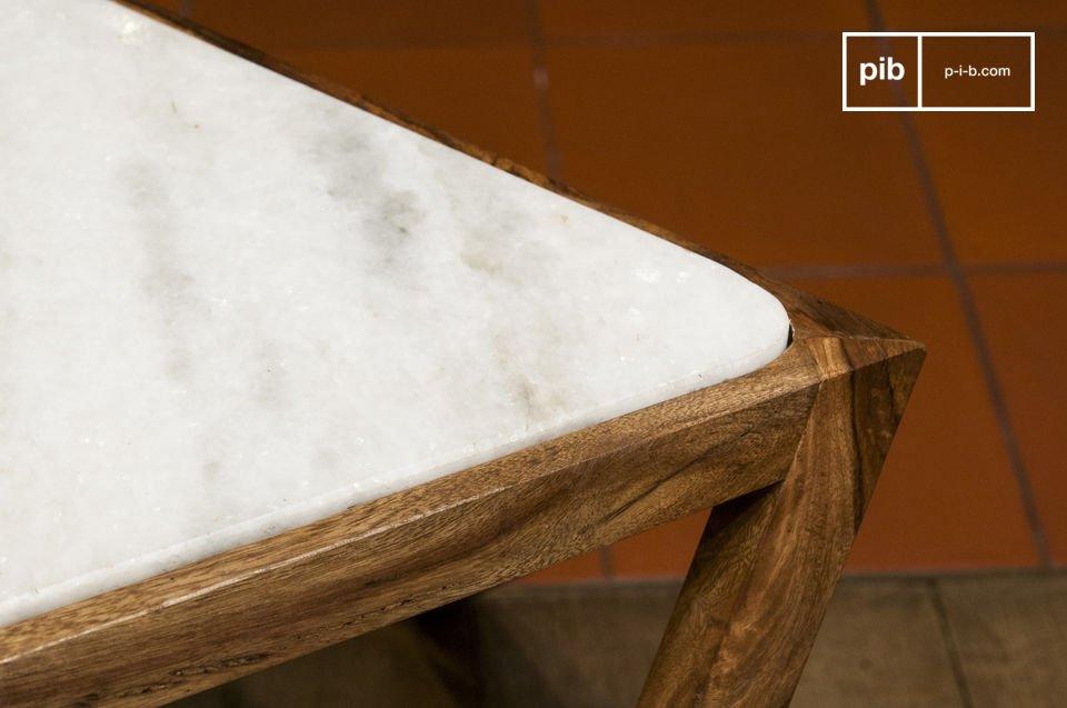 Elle doit son esthétique raffinée au contraste entre le marbre blanc de son plateau et le bois