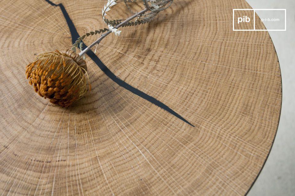 Le bois est verni, ce qui le protège des tâches et révèle ses lignes naturelles