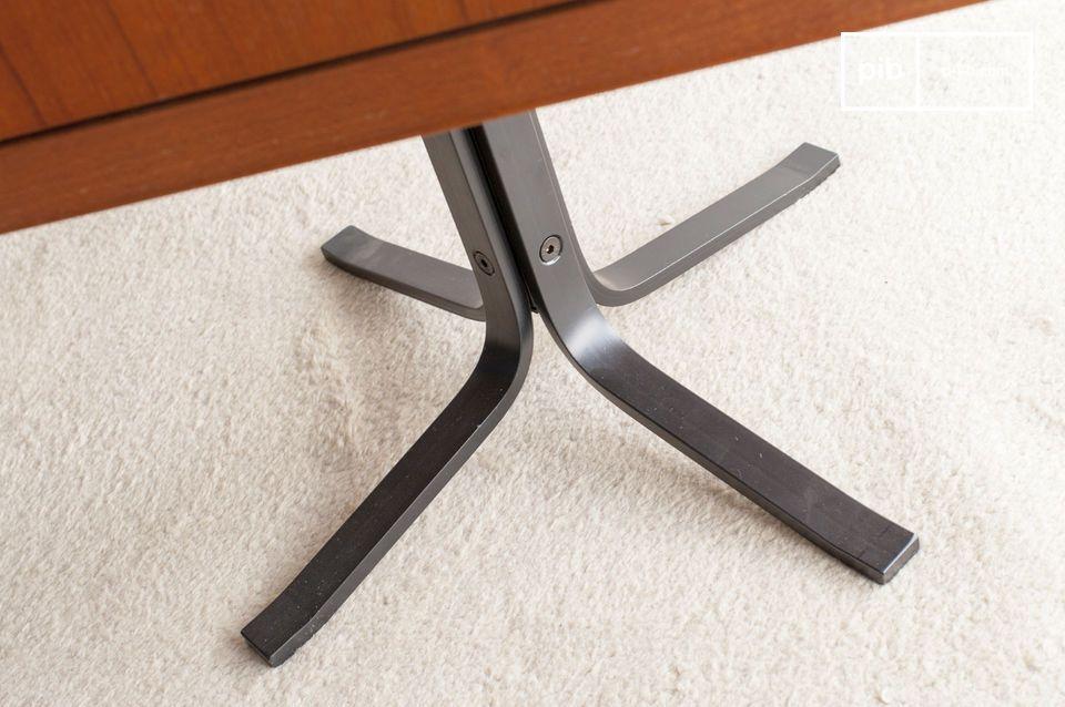 L\'intérieur est spacieux et dote cette table d\'appoint d\'une bonne capacité de rangement