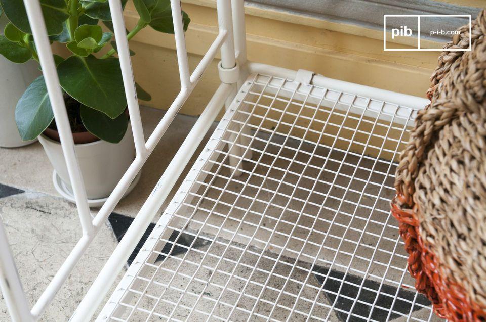 La table de Fleuriste Gibelle affiche une finition légèrement patinée et un plateau qui rappelle